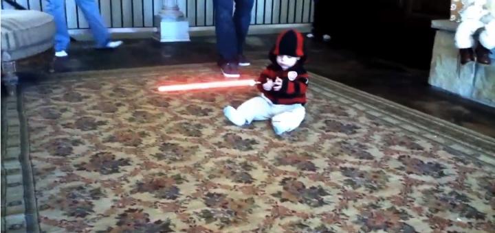 Bébé avec un sabre laser terrorise la famille!