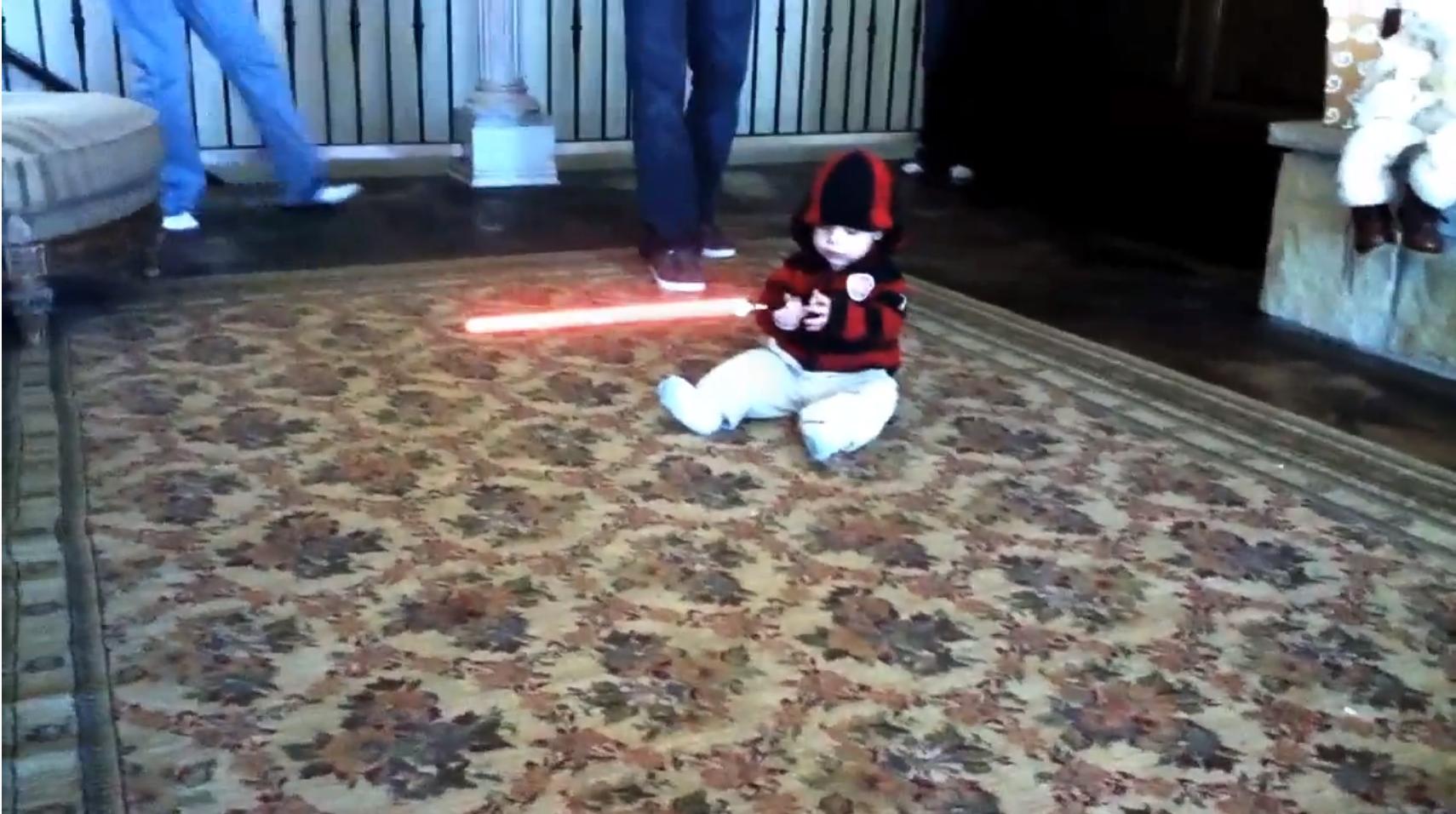 bebe sabre laser - Bébé avec un sabre laser terrorise la famille!
